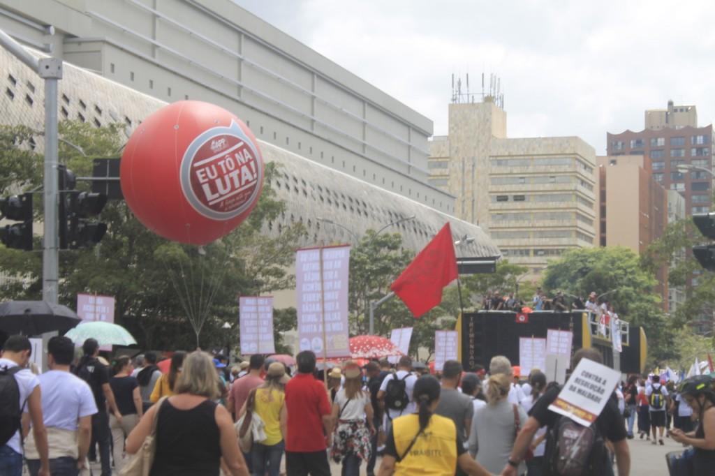 """Professores da rede pública puxaram a caminhada em Curitiba contra a """"reforma"""" da Previdência. Foto de Lindrielli Rocha"""